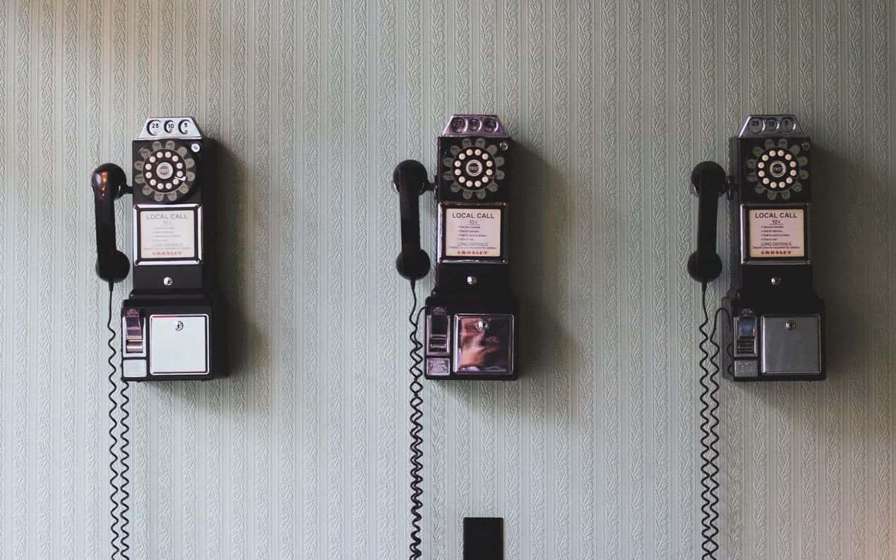 trois vieux téléphones