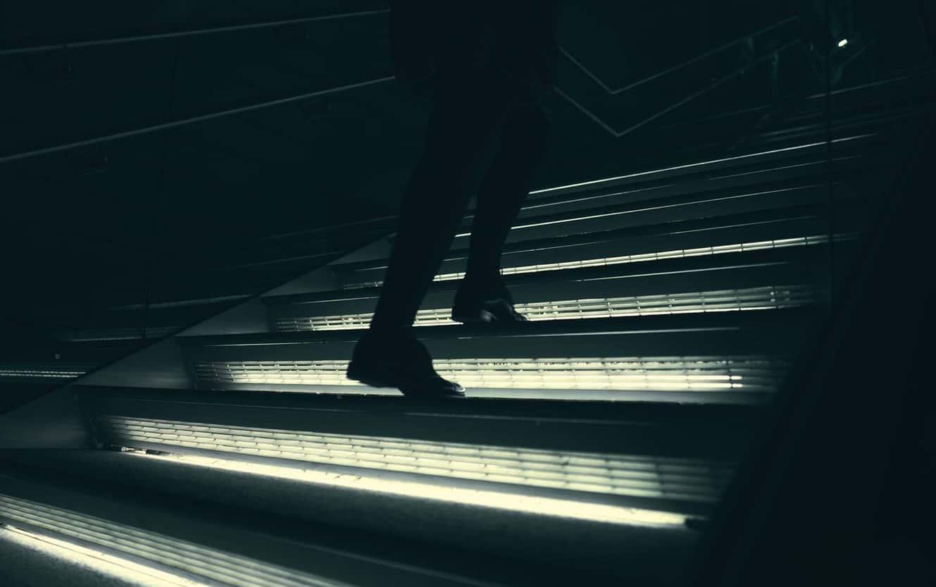 personne marchant dans l'escalier