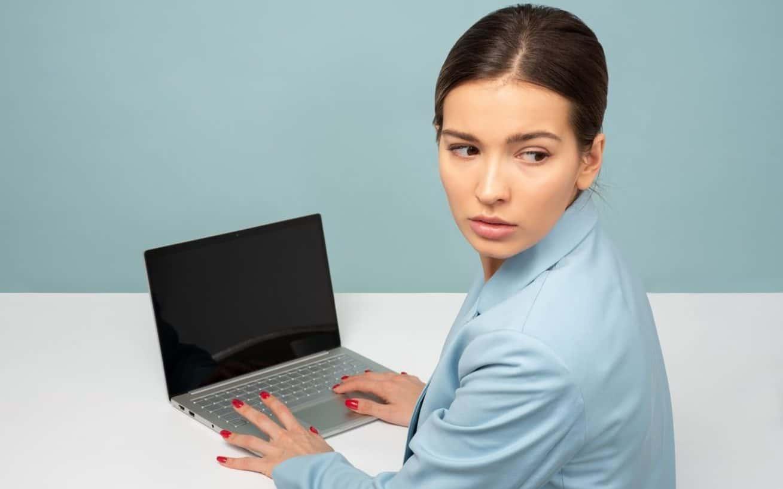 femme à l'ordinateur