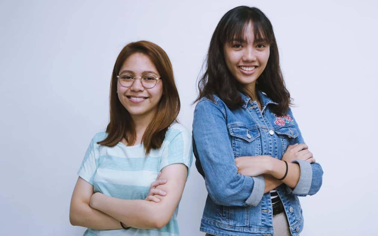 deux filles souriantes