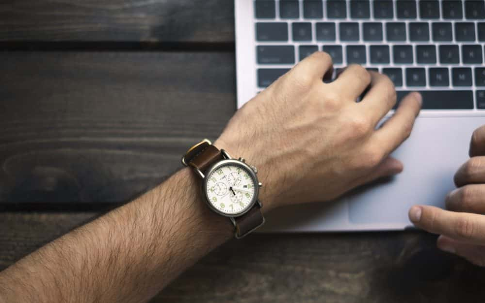 Main de l'homme avec une montre