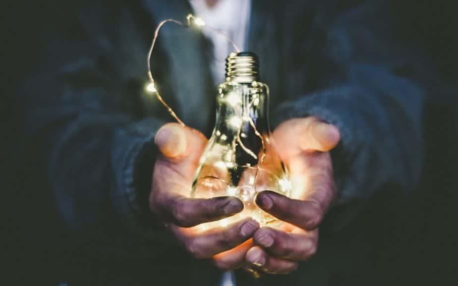 Main D'homme Tenant Une Ampoule Incandescente